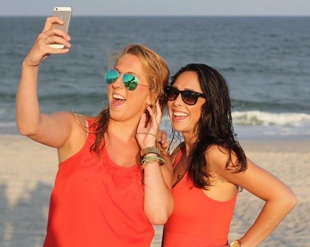 Aquí le mostramos cómo tomar una selfie sin tocar su teléfono